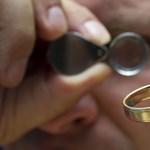 8 hónapig hevert a hóban az elvesztett karikagyűrű, de a modern technikának hála visszakerült a tulajdonosához