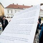 Fotó: a táblájukkal együtt dobták ki az egyetemfoglalókat a Sándor-palota elől