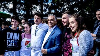 Úgy ünnepelte Orbán a pálinkázást, mintha nem is lenne járvány