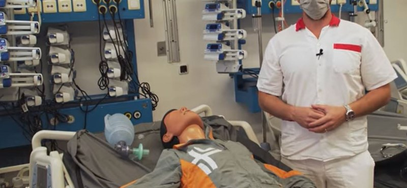 """""""Fájdalmas procedúra"""" – Egy orvos bemutatta, hogyan kötik lélegeztetőgépre a beteget"""
