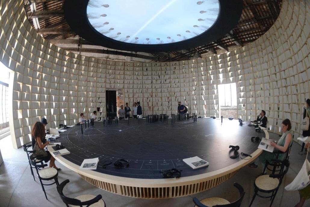 kka. Velencei Biennále 2014.06. nagyításnak - Az arab építészet a huszadik században című albumból épült az interaktív könyvtár fala.