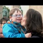Szívmelengető flashmobbal hívták fel a figyelmet a speciális nevelési igényű gyerekekre - videó