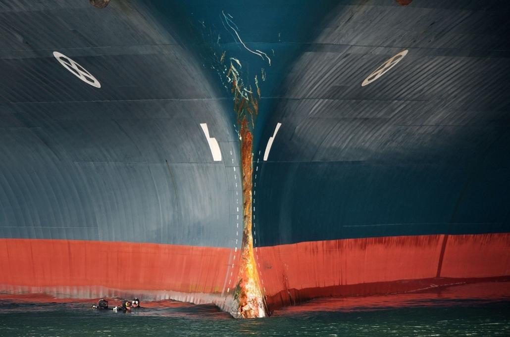 afp.14.04.01. - Vigo, Spanyolország: ''Balti Breeze'' ütközése egy halászhajóval - búvárok vizsgálják a sérüléseket éppen- 7képei