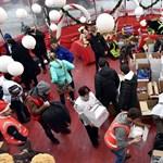 Ma este bezár a Mikulásgyár, száz tonna adomány gyűlt össze