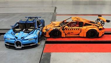 Nem gyerekjáték: 60 km/h-val küldték egymásnak a Lego Bugattit és Porsche 911-est
