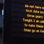 A vasútállomás kijelzőjén kérte meg barátnője kezét