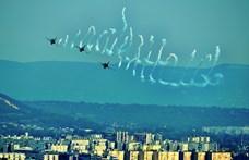 Nézegessen fotókat a Duna fölött parádézó helikopeterekről és repülőkről