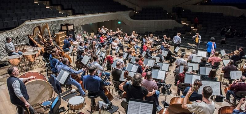 Fischer Iván: Zenére szükség van, ilyenkor még inkább