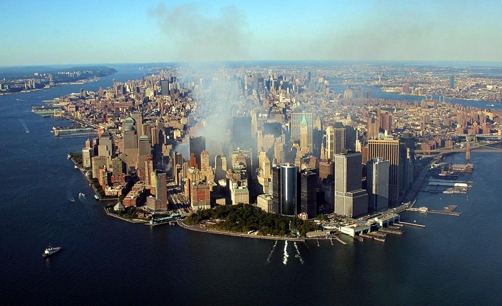 afp.01.09.15. , Füst száll fel a World Trade Center romjaiból napokkal a támadás után.