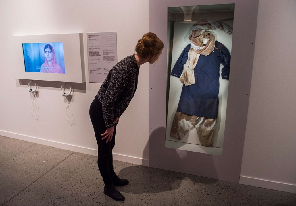 afp. hét képei - Oslo, Norvégia, 2014.12.09. An employee looks at the blood stained school uniform of Nobel Peace Prize laureate Malala Yousafzai exhibition at the Nobel Peace Center in Oslo on December 9, 2014. At 17-years old, the Pakistani known everyw