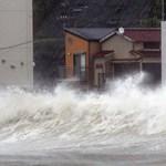 Gigantikus tájfun érte el Japánt – videók