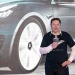 A Tesla gyáravatóján kiderült, milyen bénán táncol Elon Musk – videó
