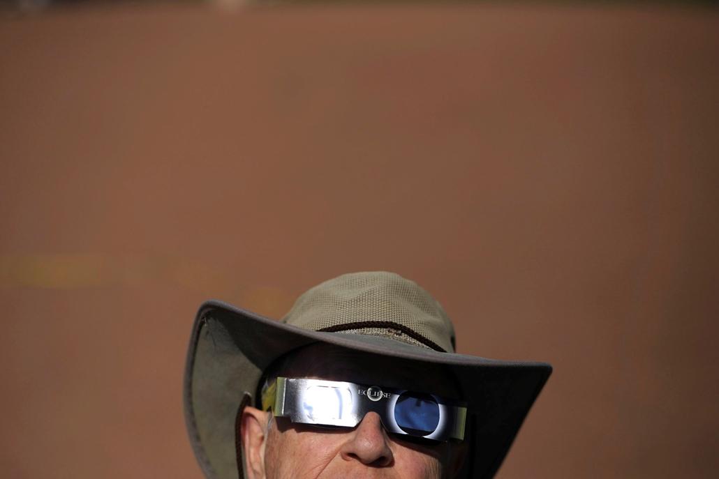 AP!!!09.01ig ap.17.08.21. - Napfogyatkozás az egyesült államokban - A teljes napfogyatkozást nézi egy férfi védőszemüveggel az Idaho állambeli Idaho Fallsban
