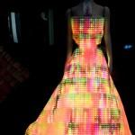 High-tech divat: ruhába épített telefon, világító estélyi - videó