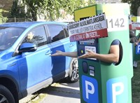 Két lábon járó parkolóórák zavarták meg Karácsony Gergely sajtótájékoztatóját