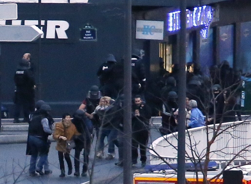 afp.  lövöldözés Párizsban, Párizsi vérengzés, Charlie Hebdo, túszejtés, túszdráma, Dammartin-en-Goele, 2014.01.09. Armed members of the French riot police (CRS) takes up a position at Porte de Vincennes in Paris on Janu