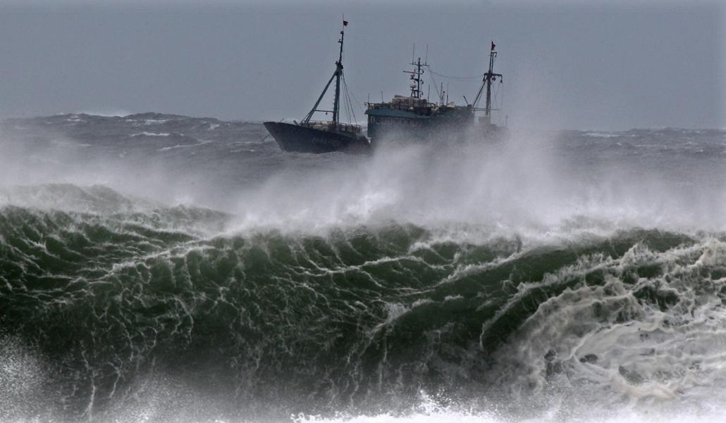 Hét képei nagyítás - Kínai halászhajó harca a hullámokkal Typhoon Bolaven vízein a Jeju-szigeten környékén
