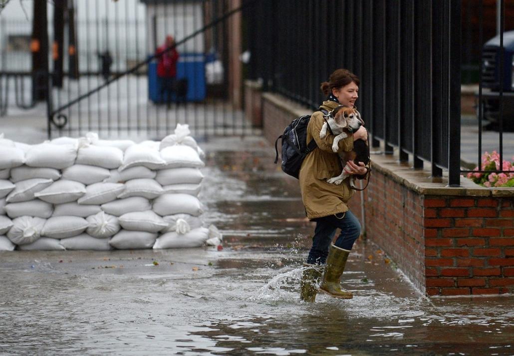 mti. A lakásából ideiglenesen kiköltöző Paula Buck New York Brooklyn negyedének Red Hook kerületében - Sandy hurrikán