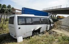 Heten sérültek meg a gyerekeket szállító busz balesetében – fotók