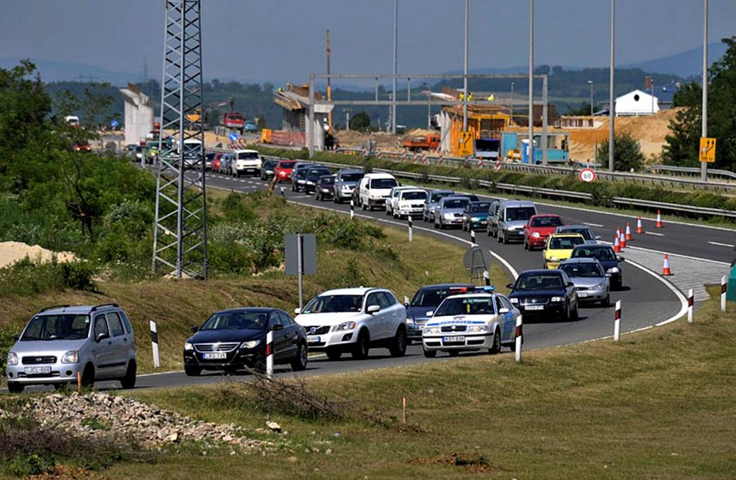 Autósor áll az M3-as autópálya gödöllői lehajtójánál az M3-M31-es autópálya gödöllői csomópontjában egy 83 méter hosszú híd építkezésén, ahol hídelemek szakadtak az útra.