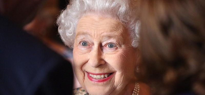 Az angol királynő elárulta: majdnem eltörte a nyakát a korona