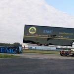 Így készült a Forma-1-es autó felett átrepülő kamion videója