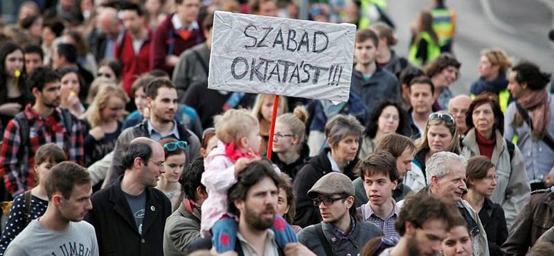 Várat építenek ma a tüntetők a Kossuth téren