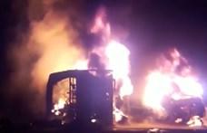 Busz és tartálykocsi ütközött Pakisztánban, legkevesebb 27 ember meghalt