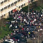 Katolikus diákok tüntettek kirúgott meleg tanáraikért