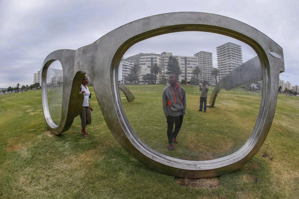 epa. Szemüvegszobor Mandela emlékére, Fokváros, 2014.11.11.A Szabadság érzete című, Nelson Mandela néhai dél-afrikai elnök emléke előtt tisztelgő szobor a fokvárosi Sea Point tengerparti sétányon 2014. november 11-én. Az óriási, rozsdamentes acélból készí