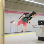 Képes lebegni a japán lány, és még fotózza is magát közben