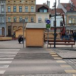 Bicikliút közepére tették a karácsonyi bódét Sopronban