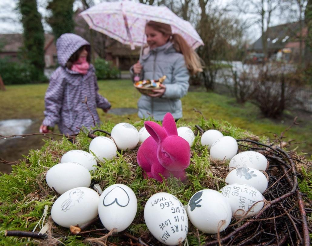 epa.16.03.27. - Quelkhorn, Németország: Kislányok húsvéti tojás gyújtés közben a németországi Quelkhornban húsvétvasárnap. - húsvét, nagyítás