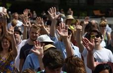 Szomorú délelőtt száz merész diákkal, vártalak kedvesem valódi vitával – énekeltek az SZFE-sek a Parlament előtt