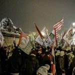 Dobálással ért véget a péntek esti tüntetés a Sándor-palota előtt