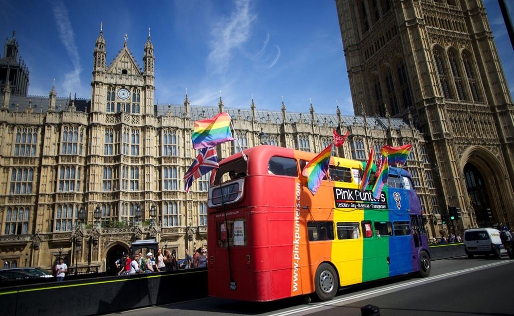 London, Egyesült Királyság: busz halad a Parlament épülete előtt. melegházasság - 7képei plusz