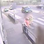 18+: Megdöbbentő videót tett közzé a rendőrség egy zebrán gázolásról