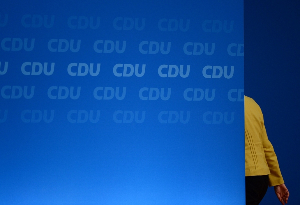 afp. hét képei - Köln, Németország, 2014.10.10. CDU head Angela Merkel leaves the podium at the Christian Democratic Union (CDU) congress in Cologne, western Germany, on December 10, 2014. German Chancellor Angela Merkel was re-elected unopposed on Decemb
