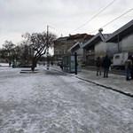Baromira nem takarítják Budapesten a lefagyott megállókat