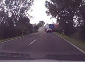 Videón, ahogy két kamion frontálisan ütközik Kecskemétnél