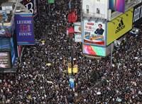 Fehérbe öltözött civilek ütötték-vágták a tüntető hongkongiakat
