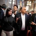 Válasz a kérdésekre: mikrofonállvánnyá fokozták le az újságírókat az Országházban