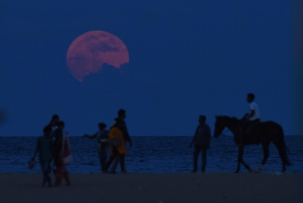 afp.16.11.14. - Csennai, India: Helyiek a csennai Marina Beach partján Indiában. - szuperhold