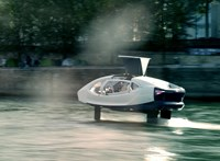 Vízen sikló taxikat tesztelnek Párizsban, hamarosan élesben is bevethetik őket