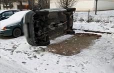 Oldalára fordították a parkoló autót, hogy kilopják a katalizátorát