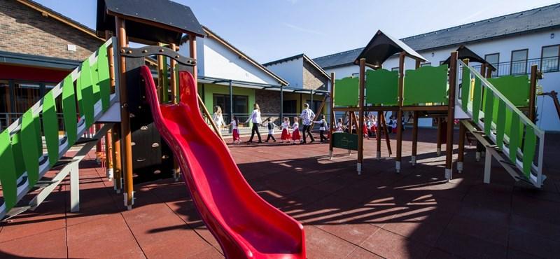 Félelemkeltő kampányfogásként, az iskoláknak küldött hadüzenetként értékelik a HIT-et