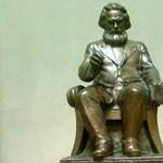 Már kínos a Közgáznak? Vihetik a Marx-szobrot is
