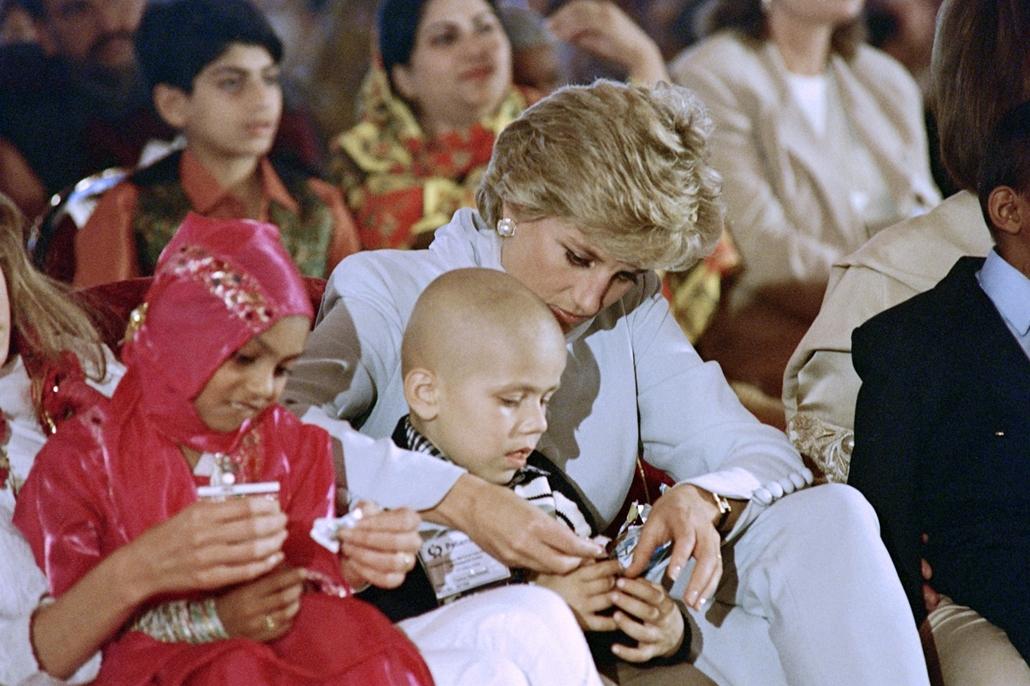 afp.96.02.22. - Lahor, Pakisztán: Diana hercegnő egy rákos gyermekkel a pakisztáni Lahorban 1996 februárjában.