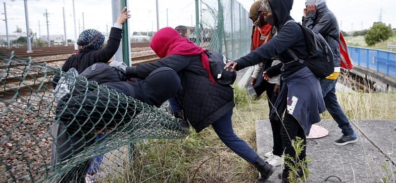 Átmenetileg leállt a Csalagút, mert beözönlött száz menekült