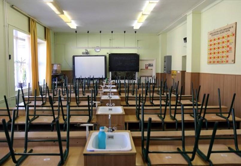 Túl sok iskola van még nyitva az országban, feleslegesen